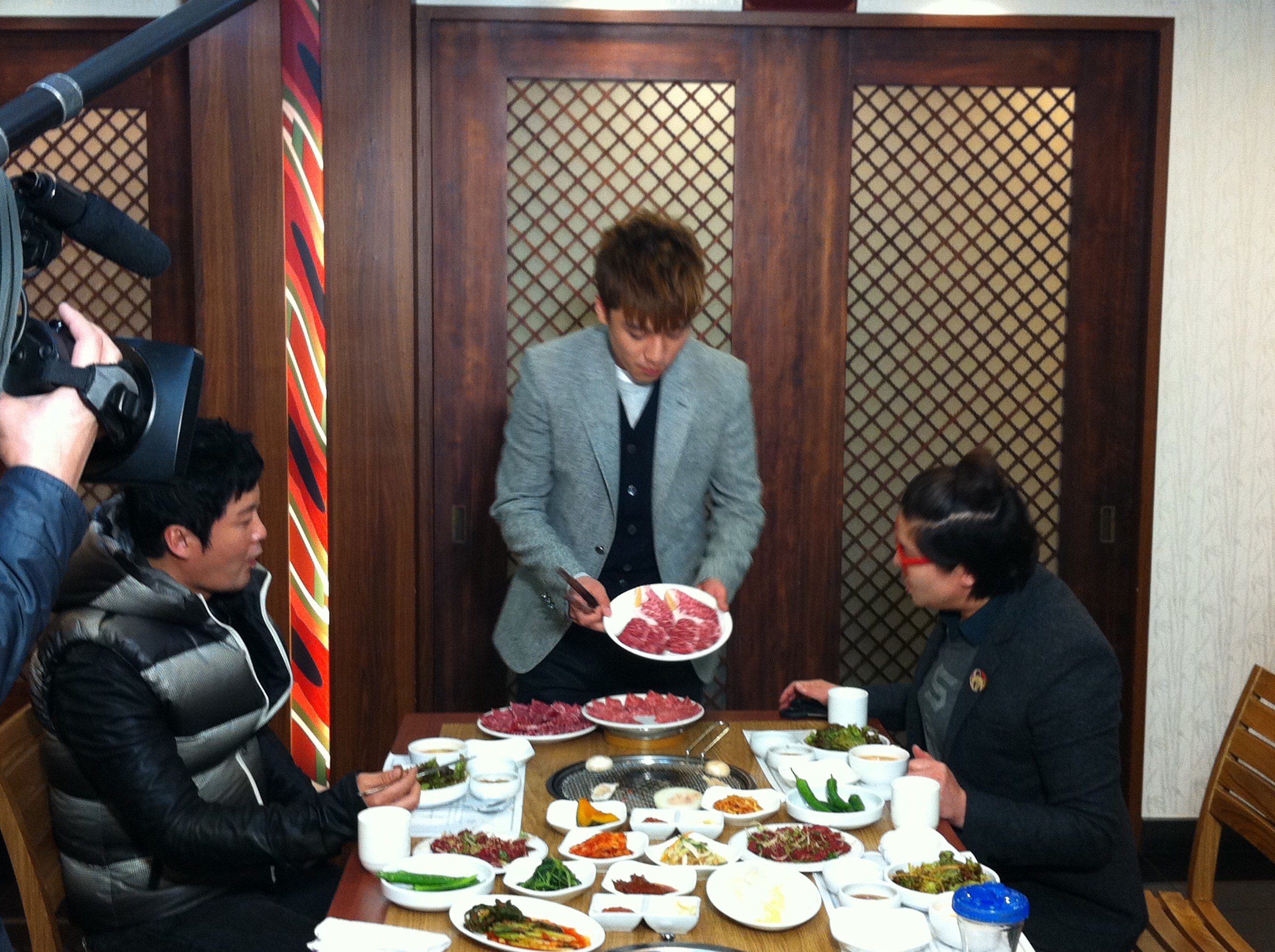 Seung Ri - tvN Taxi - Yeongcheon Younghwa Restaurant - 06feb2011 - 01.jpg