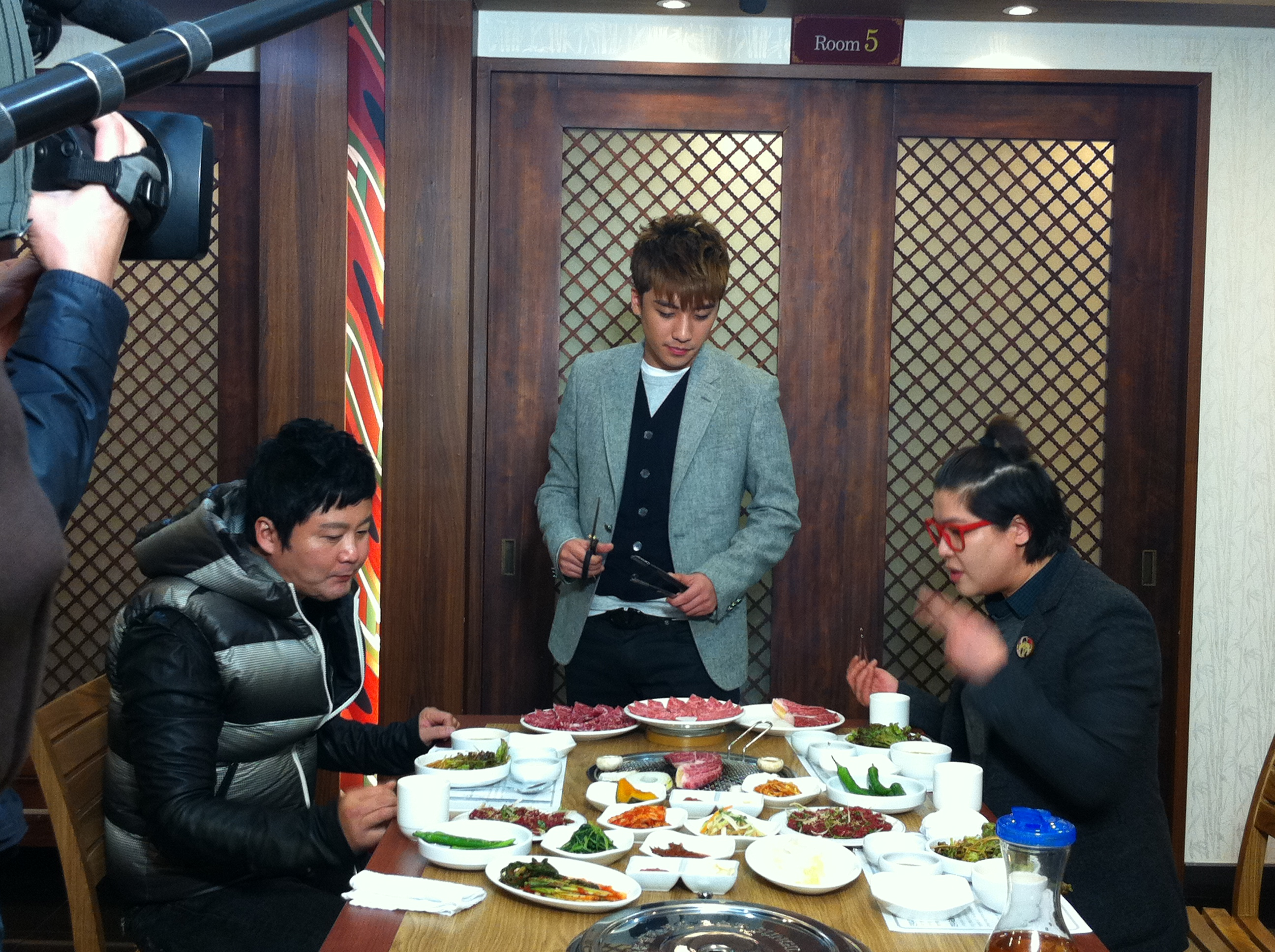 Seung Ri - tvN Taxi - Yeongcheon Younghwa Restaurant - 06feb2011 - 02.jpg