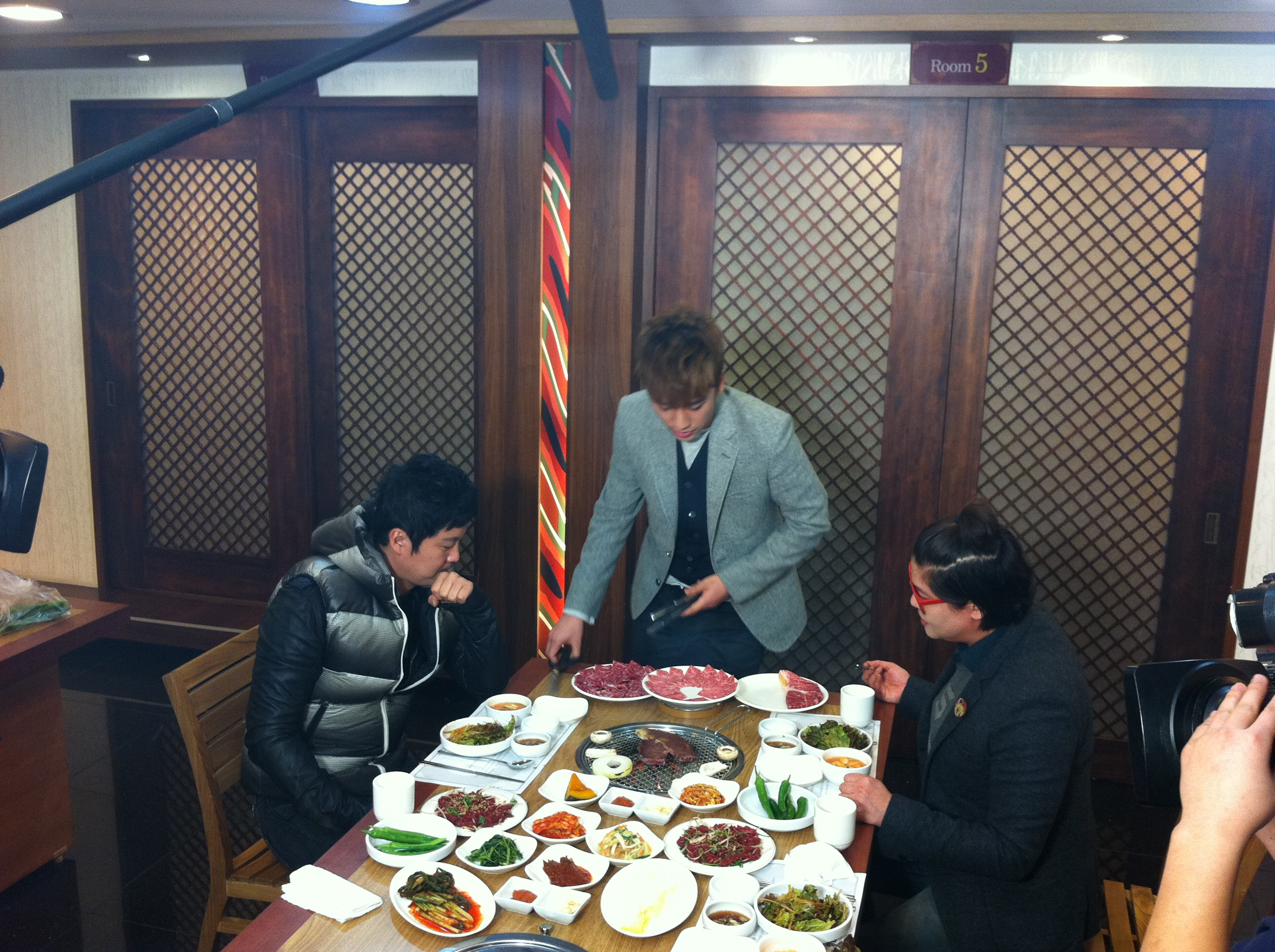 Seung Ri - tvN Taxi - Yeongcheon Younghwa Restaurant - 06feb2011 - 03.jpg