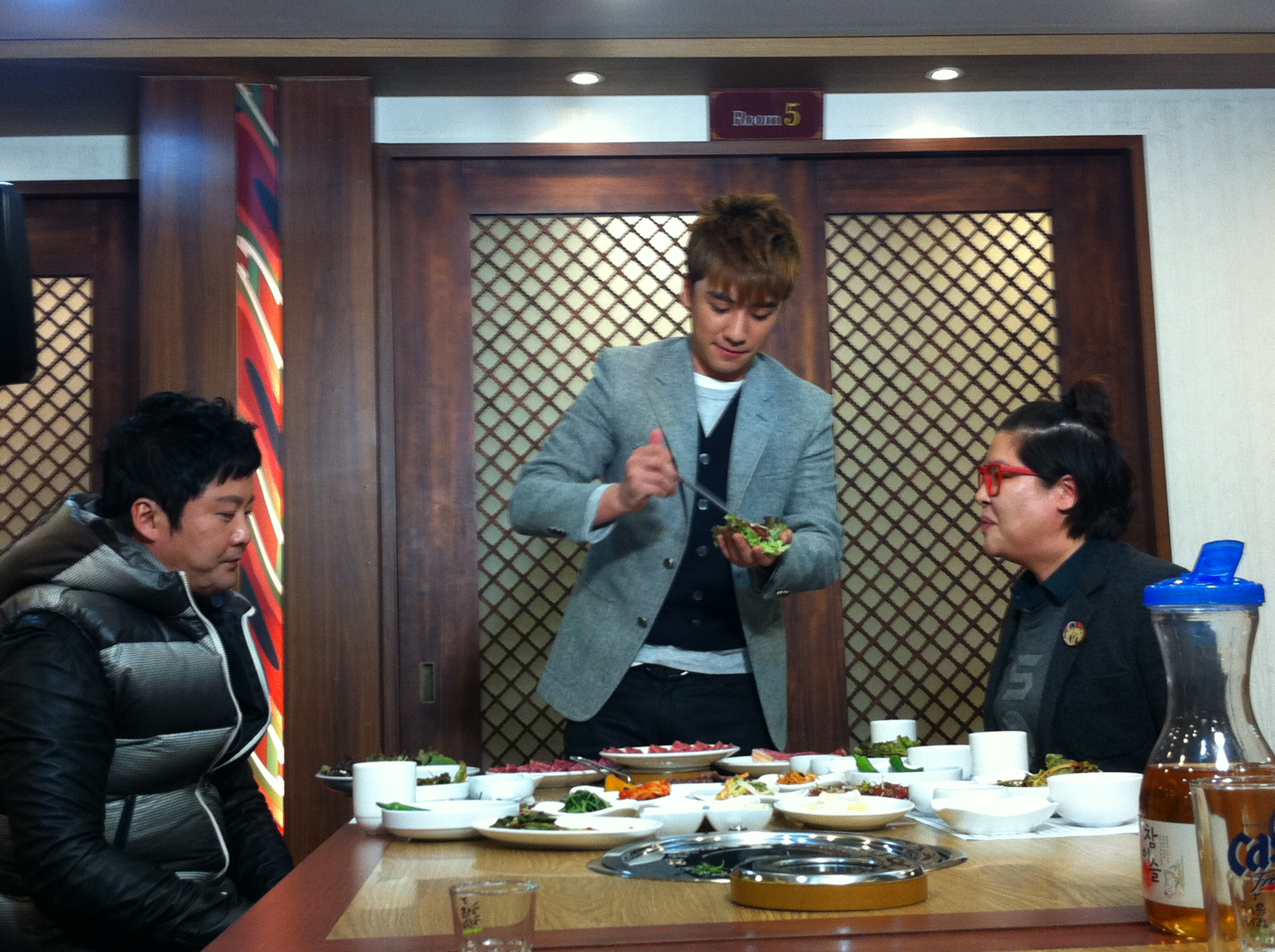 Seung Ri - tvN Taxi - Yeongcheon Younghwa Restaurant - 06feb2011 - 04.jpg