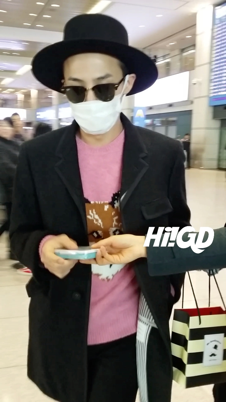 G-Dragon - Incheon Airport - 28jan2015 - Hi GD - 01.jpg