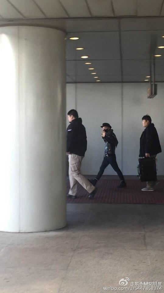 Taeyang arrival beijing airport 2015-01-31 - 2.jpg