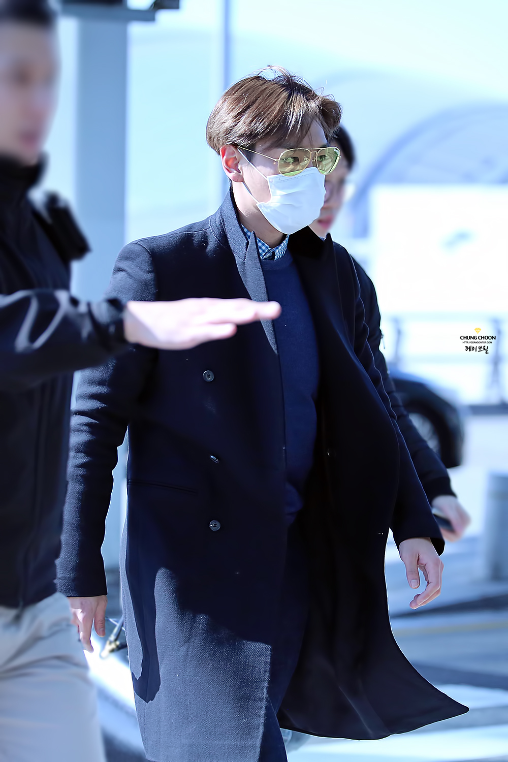 TOP leaving Seoul HQ 2015-03-13 Avril GDTOP 03.jpg