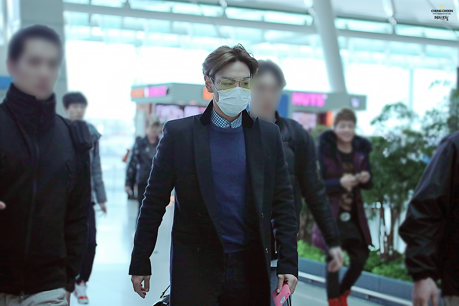 TOP leaving Seoul HQ 2015-03-13 Avril GDTOP 04.jpg