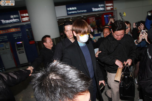 TOP arriving Hong Kong 2015-03-13 02.jpg