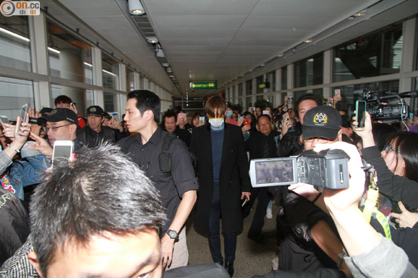 TOP arriving Hong Kong 2015-03-13 03.jpg