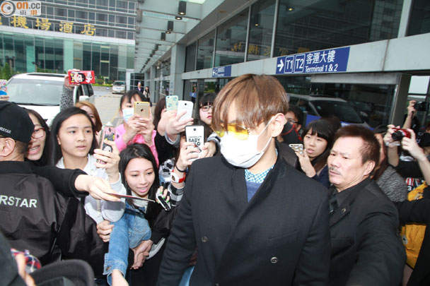 TOP arriving Hong Kong 2015-03-13 04.jpg