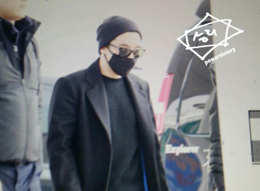 Big Bang - Incheon Airport - 21mar2015 - Seung Ri - Power Victory - 01.jpg