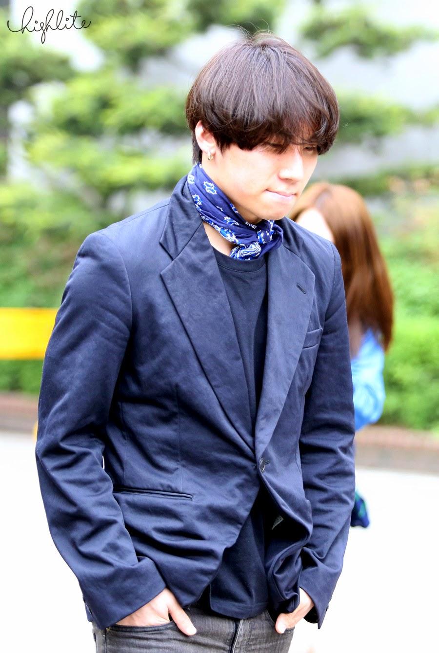 Seungri Daesung HQs KBS Arrival 2015-05-15 02.jpg