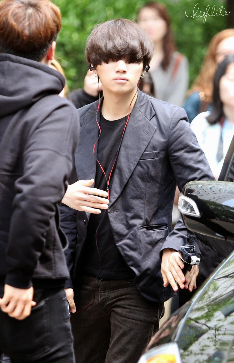 Seungri Daesung HQs KBS Arrival 2015-05-15 04.jpg