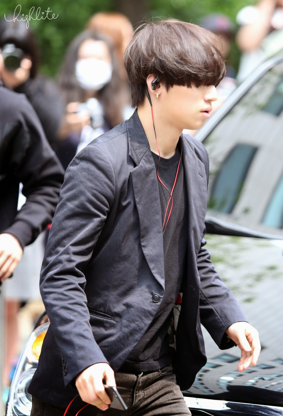 Seungri Daesung HQs KBS Arrival 2015-05-15 05.jpg