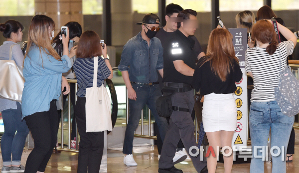 BIGBANG Gimpo Airport to Beijing PRESS 2015-06-05 007.jpg