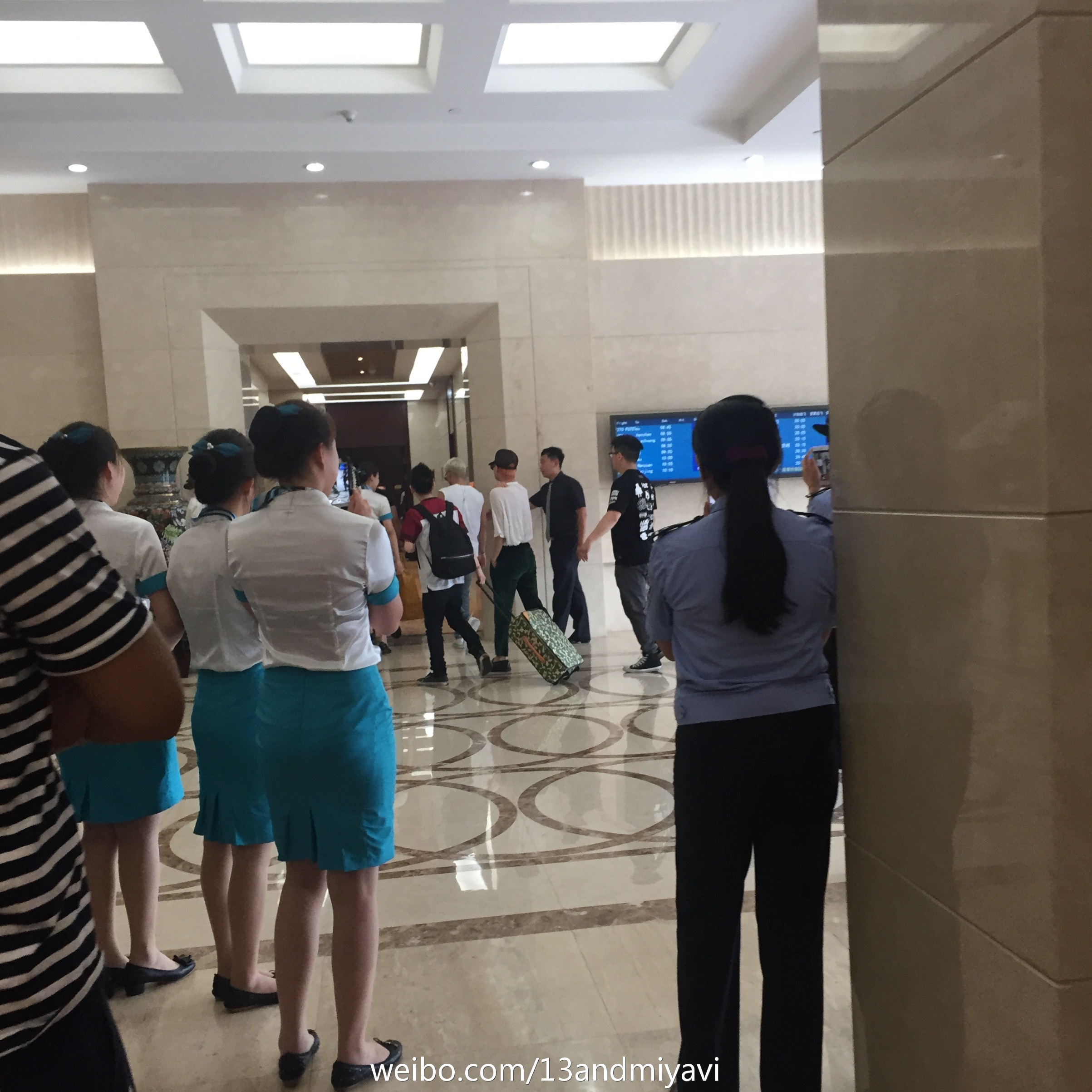 BIGBANG leaving Dalian for Wuhan 2015-06-27 155.jpg