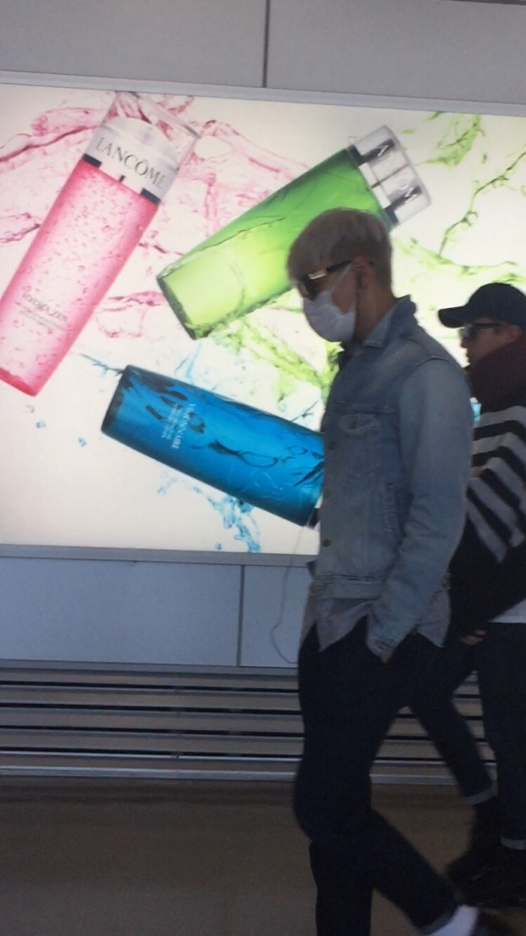 BIGBANG changing planes in Shanghai for Seoul 2015-08-15 by Lotus277 (10).jpg
