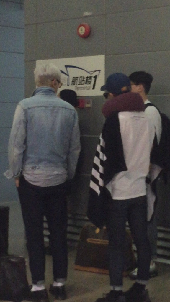 BIGBANG changing planes in Shanghai for Seoul 2015-08-15 by Lotus277 (13).jpg