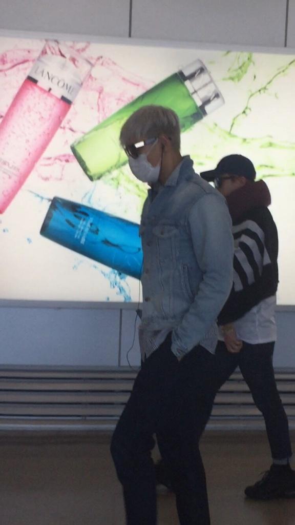 BIGBANG changing planes in Shanghai for Seoul 2015-08-15 by Lotus277 (8).jpg