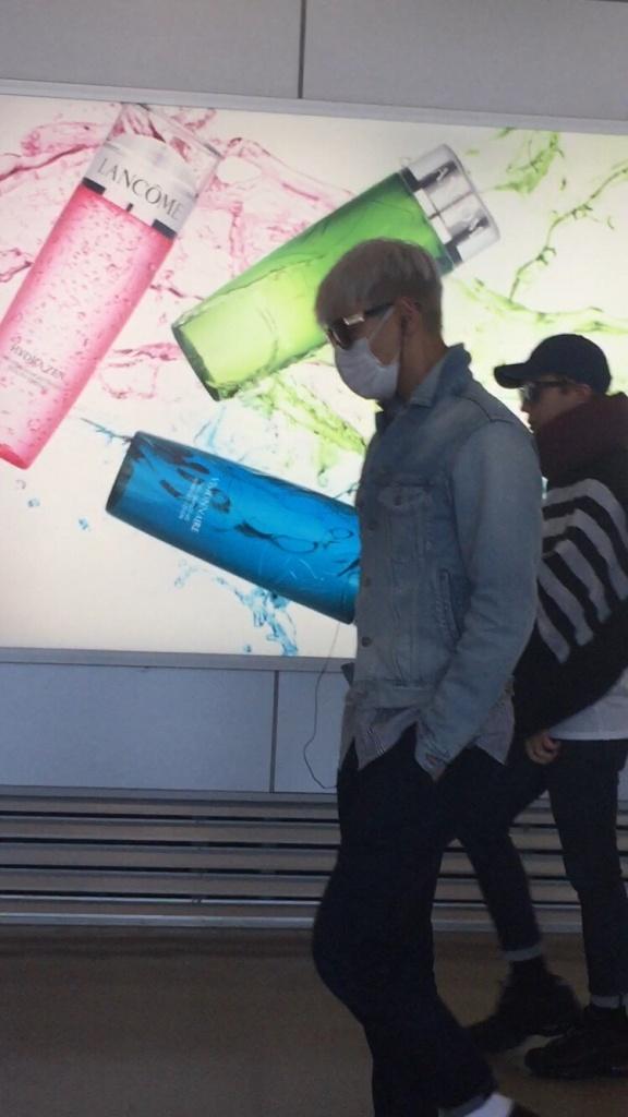 BIGBANG changing planes in Shanghai for Seoul 2015-08-15 by Lotus277 (9).jpg