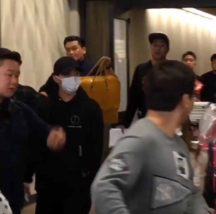 yb-dae-g-dragon-arrival-hawaii-2016-10-22-4