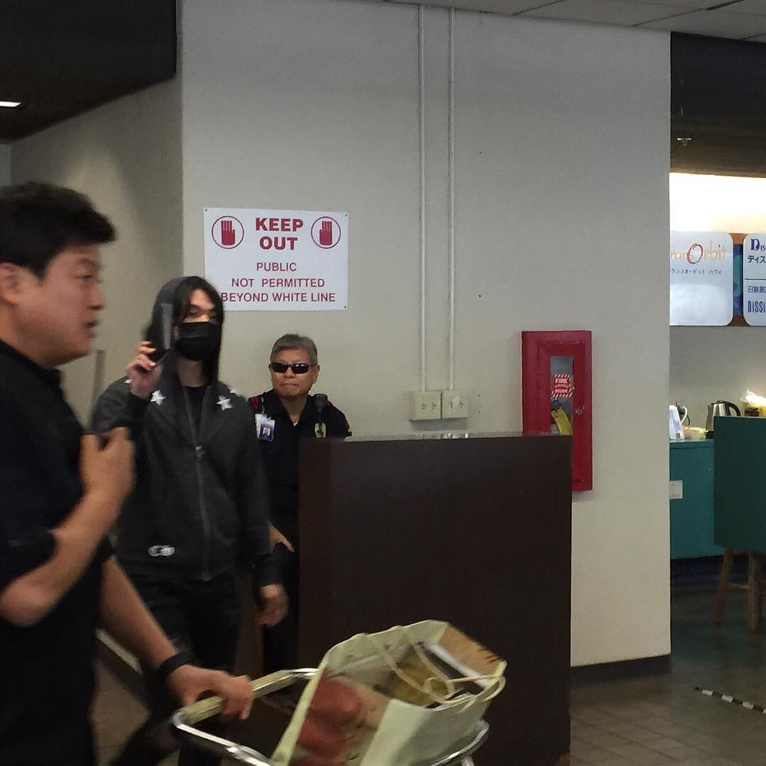 yb-dae-g-dragon-arrival-hawaii-2016-10-22-6