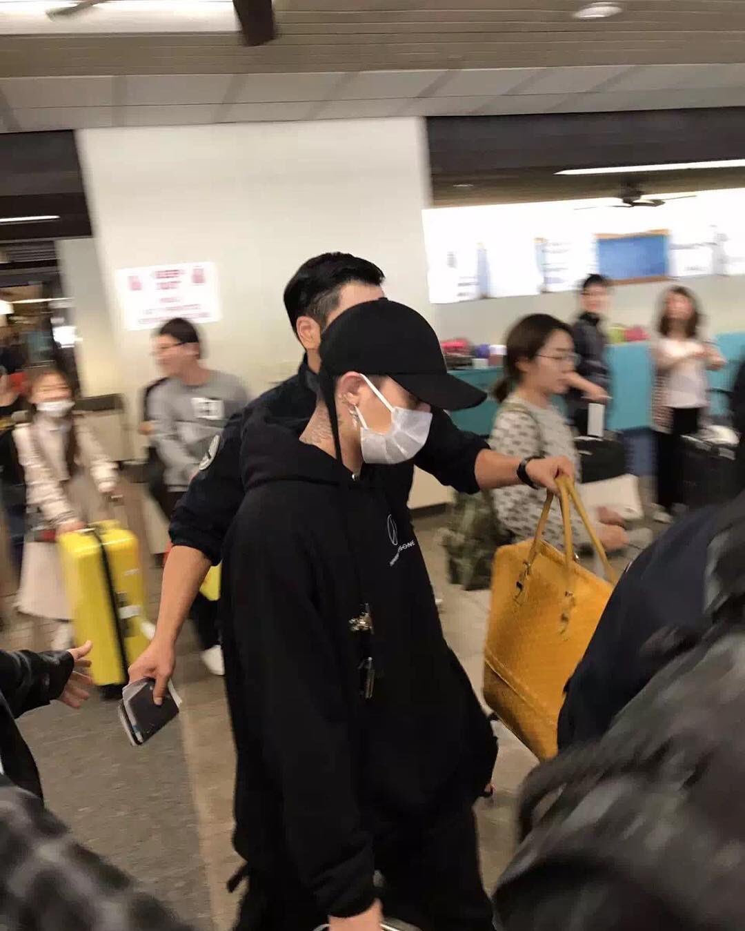 yb-dae-g-dragon-arrival-hawaii-2016-10-22-9