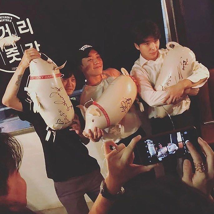 Seungri Instagram Aug 12, 2017 9:44pm In #malaysia 🇲🇾 #KL @yg_republique #삼거리푸줏간 Grand opening thank u for coming special guest @ftgtjhc and @sun4finger 바쁜데 와줘서 너무 고마워 ^_^ @hino2033 고문님 축하드립니다!
