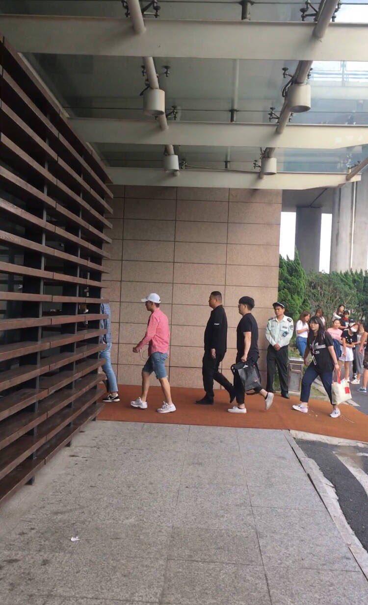 Seungri departure Shanghai to Seoul 2016-07-20 (2)